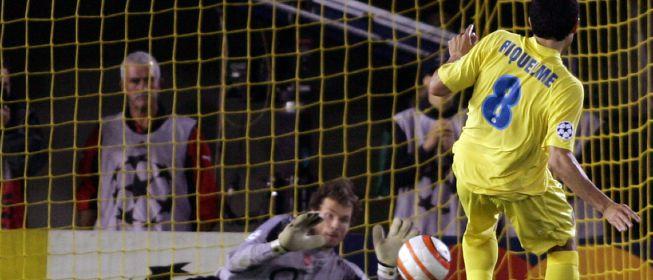 Riquelme errando penal ante Arsenal en Champions