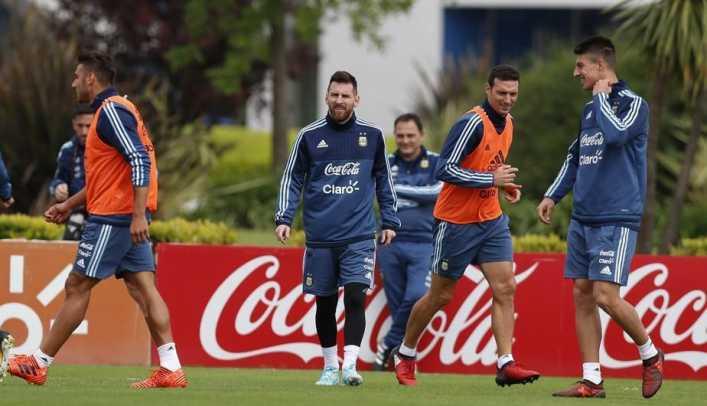 a un jugador de argentina no lo dejaban ingresar al entrenamiento