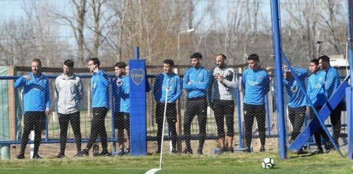 ¡Boca interrumpió su práctica para ver a Diego!