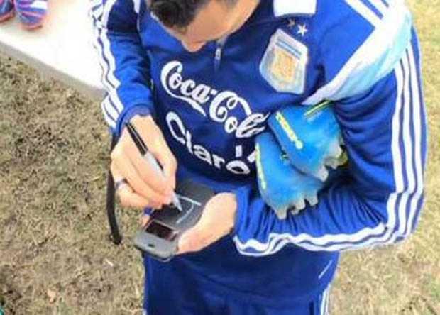 VIDEO: Carlos Tevez firma autógrafo en un celular