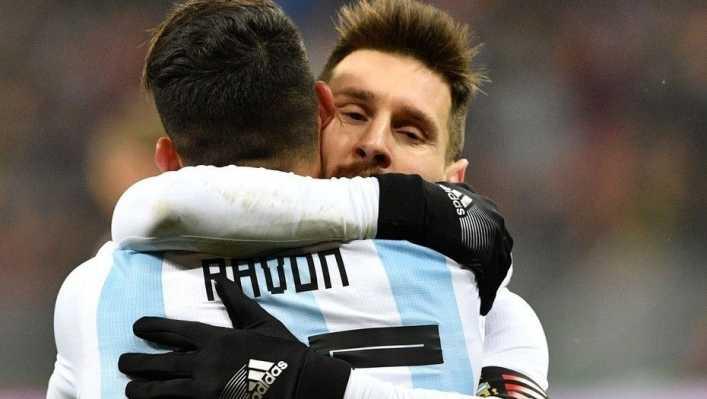 Con el elogio de Messi subieron las acciones de Pavón en el mercado