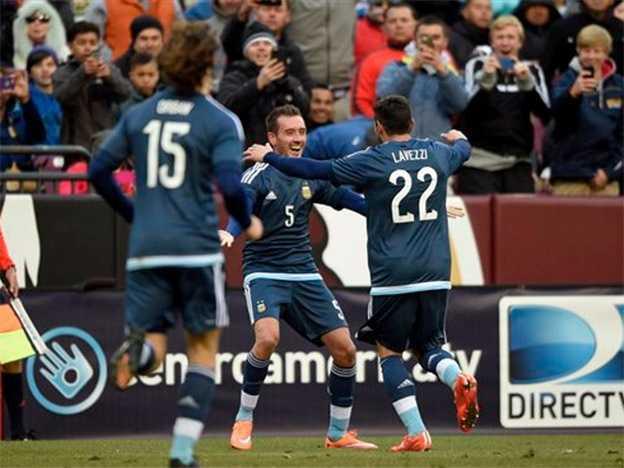 Con goles de Banega y Mancuello, Argentina venció a El Salvador