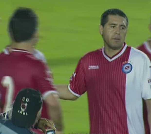 Con Riquelme y con un hombre de más, Argentinos no pudo Guaraní