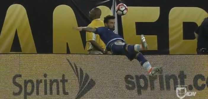 VIDEO: Escalofriante lesión de Ezequiel Lavezzi tras tropezar con la valla publicitaria.