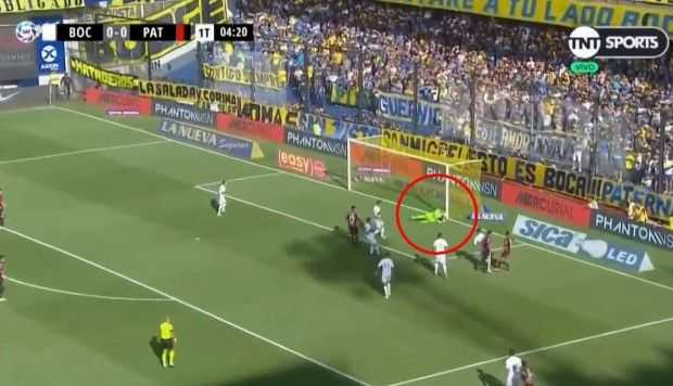 Esteban Andrada volvió y con esta atajada evitó el 1-0 de la visita
