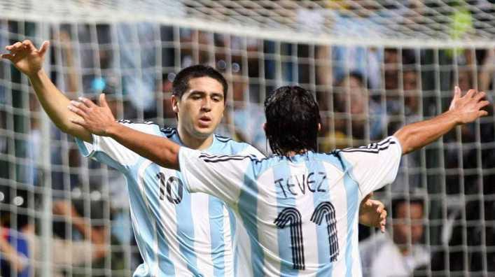 Los diez momentos de Tevez y Riquelme en fotos