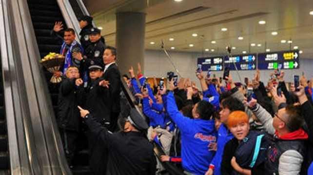 Los primeros problemas de Tevez en su nueva vida en China
