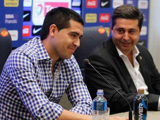 Mientras Riquelme está como Maradona y Passarella, Tevez se muestra igual que Messi