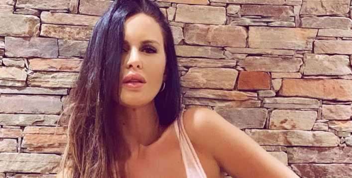 Natalie Weber se roba suspiros con su minifalda al cuerpo