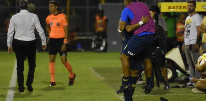 Pavón fue a celebrar su gol con Tevez