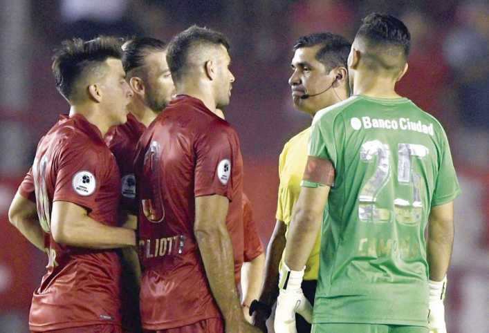 Por los malos arbitrajes, la Superliga espera el VAR