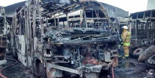 Se prendieron fuego 14 colectivos al lado del boliche de Riquelme