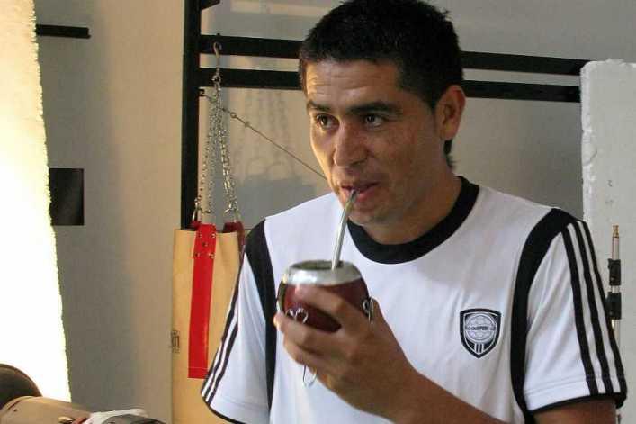 """VIDEO: La tarde en Londres en la que Riquelme le dijo """"no"""" a Manchester United, mientras tomaba mate"""