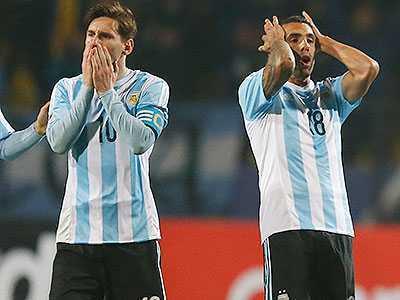 Carlos Tevez, con esguince de rodilla, es duda para Argentina