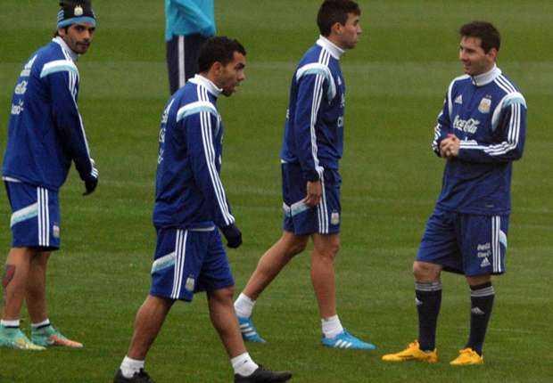 VIDEO: Tevez firma los celulares de los aficionados de la selección Argentina
