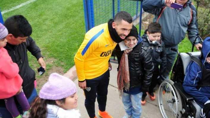 VIDEO: Tevez firmó autógrafos para los chicos del Hospital Garrahan