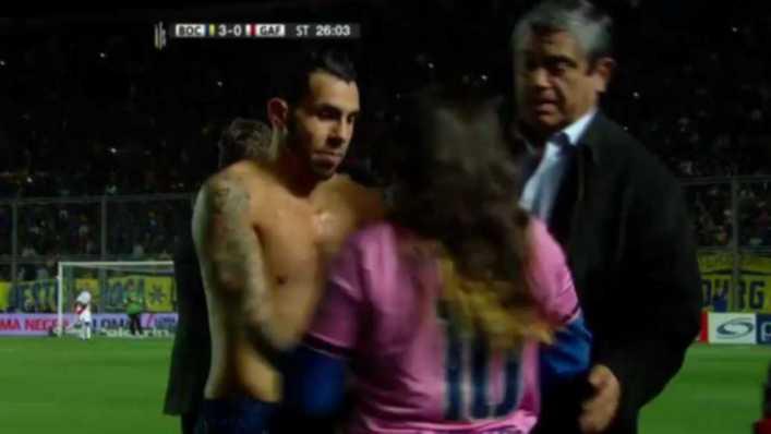 VIDEO: Carlos Tevez regaló una camiseta a hincha que se metió a la cancha