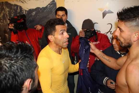 FOTOS: Tevez, 'saqueado' por los rivales en el túnel