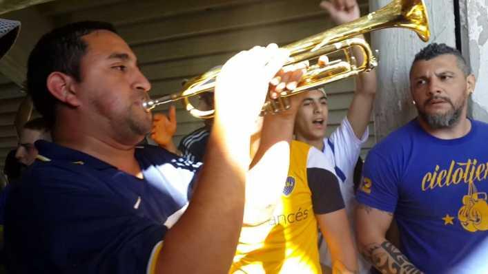 Un jugador de Boca, a pleno con la trompeta de la hinchada