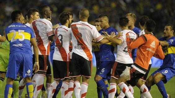 VIDEO: El vergonzoso final de River-Boca: cabezazo a Tevez y bataola general