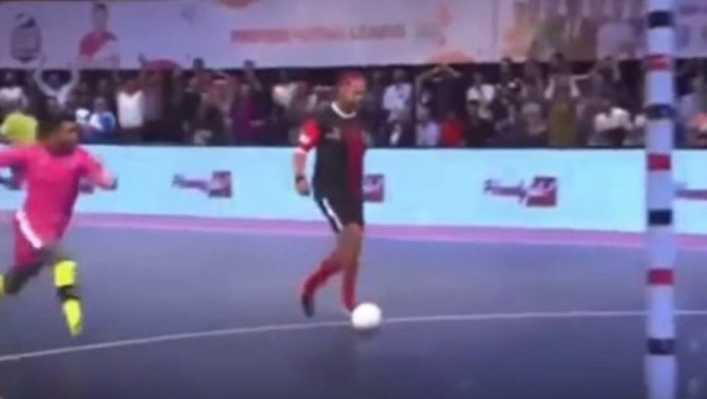 VIDEO: El lujo de Ronaldinho en futsal a lo Riquelme