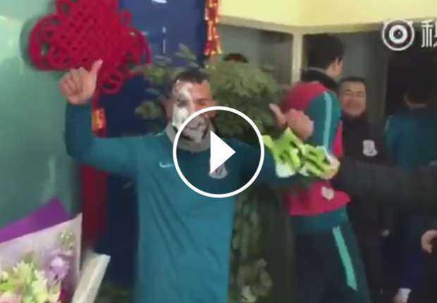 VIDEO: El primer cumpleaños de Carlos Tevez en China
