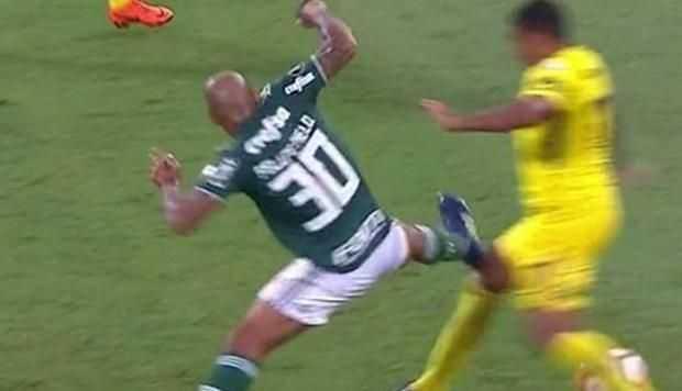 VIDEO: La criminal entrada de Felipe Melo en el Boca-Palmeiras