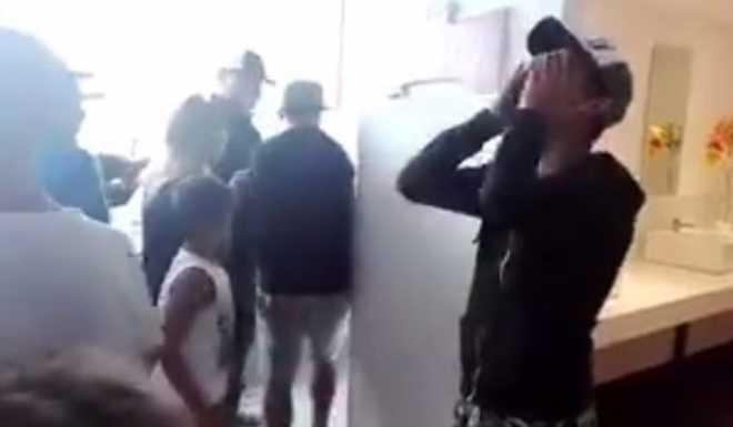 VIDEO: ¡La manera más insólita de perderse una foto con Tevez!