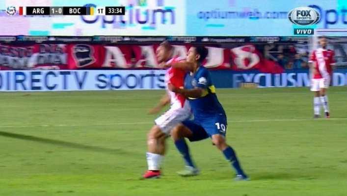 VIDEO: Los codazos a Cardona que el árbitro ignoró
