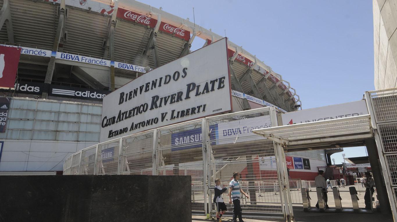 Aparecen pintas en el estadio Monumental a días de la final