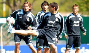 Foto Juan Roman Riquelme Con Riquelme Y Sin Milito Basile Ya Tiene Los Once Para Enfrentar A Uruguay