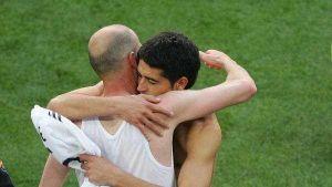 en su adiós al real, zidane se llevó un souvenir de riquelme