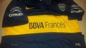 Foto Juan Roman Riquelme Mira La Nueva Camiseta De Boca Juniors