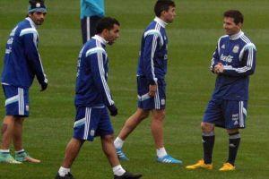 tevez firma los celulares de los aficionados de la selección argentina