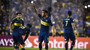 Un ex Boca visitó la concentración y le regaló una camiseta a Tevez