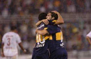 Foto Juan Roman Riquelme celebrando gol bajo la lluvia