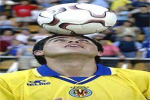Foto Juan Roman Riquelme control con la cabeza en Villarreal