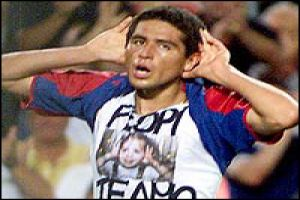 Foto Juan Roman Riquelme dedicando gol a Flopi
