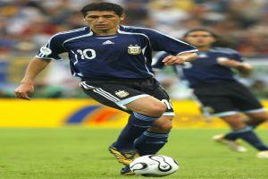 Foto Juan Roman Riquelme dirigiendo juego con Argentina
