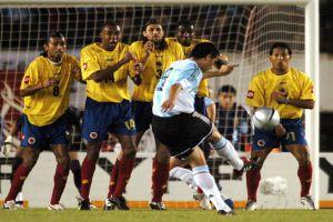 Foto Juan Roman Riquelme en lanzamiento de falta con Argentina