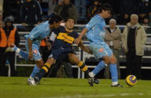 Foto Juan Roman Riquelme recibiendo falta con Boca Juniors