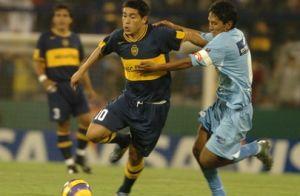 Foto Juan Roman Riquelme regateando con Boca Juniors