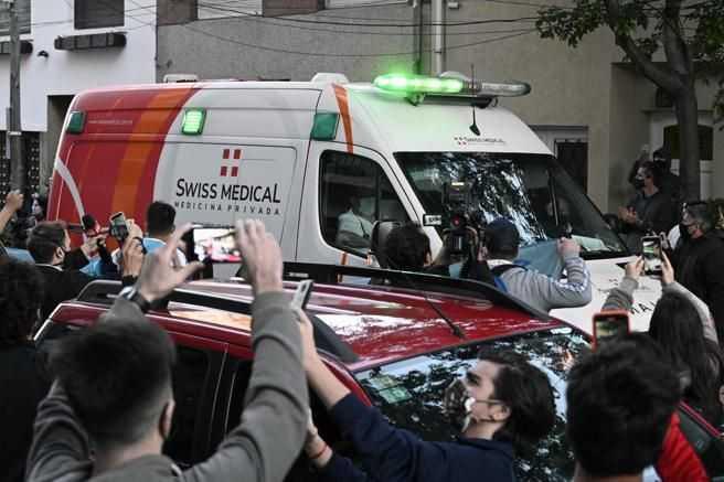 Ambulancia que llevó a Maradona a cirugía, despedida en medio de caos