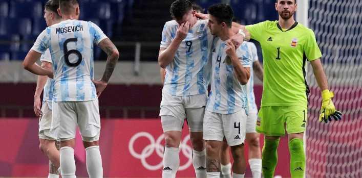 Argentina reaccionó tarde con España y el empate lo dejó afuera