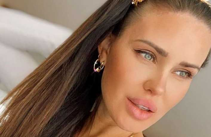 Con un top tejido y mirando a cámara, Natalie Weber desplegó toda su sensualidad con el sol en la cara