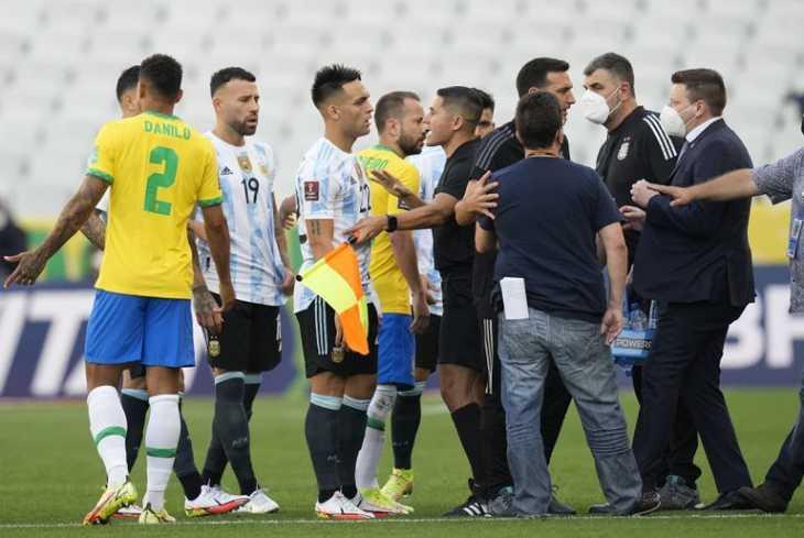 El vídeo del escándalo del Brasil-Argentina: los argentinos se van del campo y se suspende