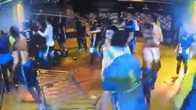 Escándalo: incidentes, trompadas y gases a jugadores de Boca