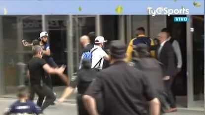 ¡Increíble!: Un hincha intentó burlar la seguridad para saludar a Tévez