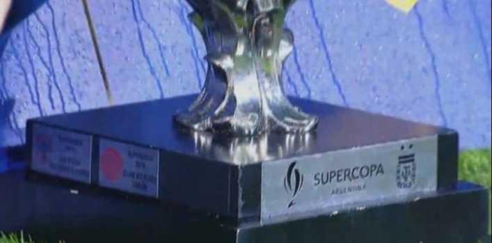 Le taparon a la Supercopa la chapa que recuerda cuando la ganó River
