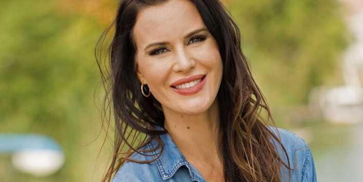 Natalie Weber lució un top tejido a prueba de otoño